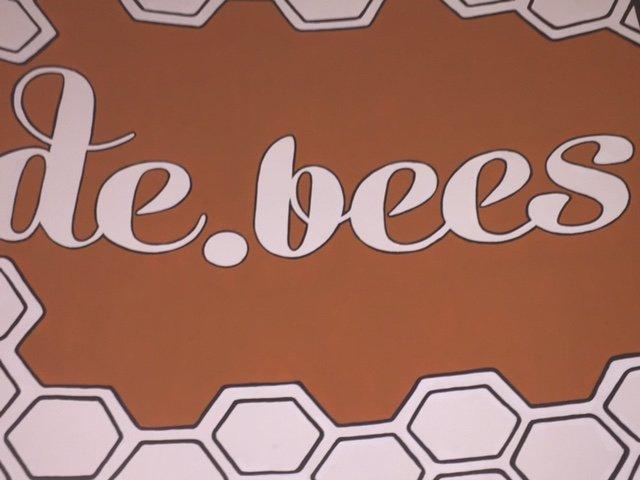 de bee logo 3.jpg